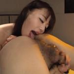 アナル舐めをしている浜崎真緒の作品|半端ない淫乱具合を発揮しながら尻穴を刺激するプレイはマジで卑猥!